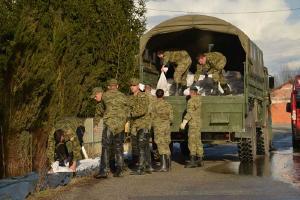 U Jasenovcu 100 vojnika pomaže u obrani od poplava