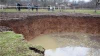 Najveća rupa nakon potresa u Mečenčanima od dvadesetak metara i dalje se širi
